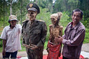 Indonezijos valstiečiai vėl iškasė ir aprengė savo artimųjų palaikus