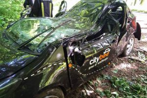 """Į medį rėžėsi """"CityBee"""" automobilis (papildyta)"""