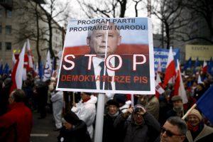 Varšuvoje tęsiasi masiniai protestai