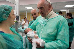 Popiežiaus Pranciškaus dovana – netikėtai lankomos ligoninės