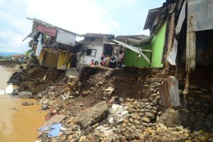 Indonezijos potvynių aukų padaugėjo iki 26