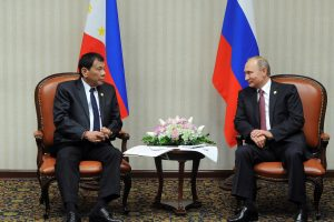 """Skandalingasis Filipinų prezidentas susitiko su """"didvyriu"""" V. Putinu"""