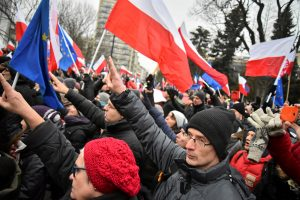 Lenkija po protestų atšaukia žiniasklaidos darbo ribojimą parlamente