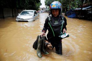 Indonezijos sostinėje potvyniai užliejo tūkstančius namų