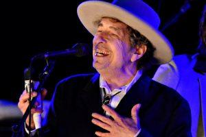 B. Dylanas ruošiasi atsiimti Nobelio premiją