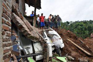 Indonezijoje nuslinkus žemės nuošliaužai ieškoma beveik 30 žmonių