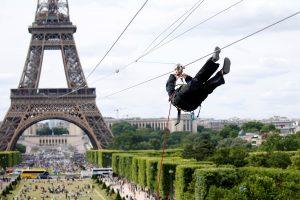 Atrakcija Paryžiuje: nuo Eifelio bokšto galima nusileisti lynu