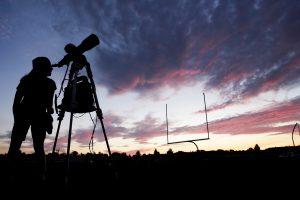 Milijonai žmonių stebi visišką saulės užtemimą (žiūrėkite tiesiogiai)
