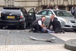 Londone automobiliui įsirėžus į žmones keli jų sužeisti, suimtas įtariamasis