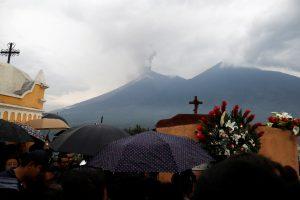 Gvatemaloje ugnikalnio išsiveržimo aukų padaugėjo iki 73