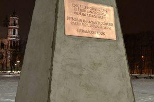 Lukiškių aikštėje išdygo dviejų metrų paminklas