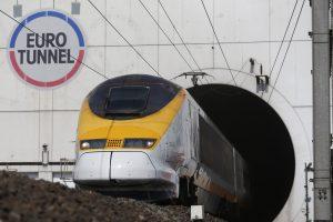 Prie Lamanšo tunelio rastas traukinio suvažinėtas migrantas