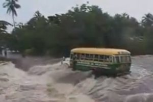 Užfiksuota, kaip vanduo nuplovė per upę važiavusį autobusą
