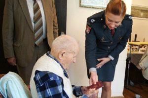 Pasas iškilmingai įteiktas 107-erių metų vilniečiui