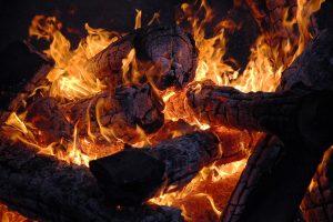 Kūrendami laužą apdegė keturi žmonės (berniukui sužalotas veidas)
