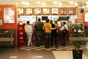 """""""Hesburger"""" prie Vilniaus oro uosto atidarė dviaukštį """"drive-in"""" restoraną"""
