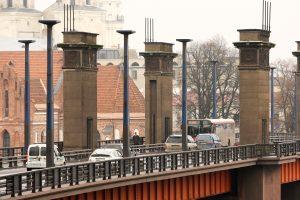 Nuo Aleksoto tilto nuimta pusė plokščių su sovietine simbolika