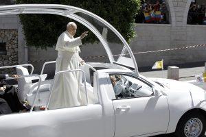Popiežius Filipinuose važinės atviru pažeidžiamu automobiliu