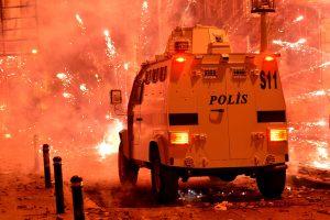 Turkijoje suimti 33 policijos pareigūnai dėl įtariamo vyriausybės šnipinėjimo