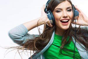 Ar komos ištiktas žmogus gali girdėti muziką?