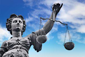 Smurtu prieš įtariamąjį kaltinti policininkas ir verslininkas – išteisinti