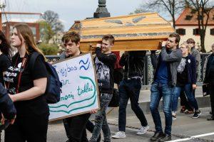 Klaipėdoje – aukštojo mokslo laidotuvių procesija