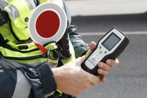 Uostamiestyje policininką bandė papirkti girtas dviratininkas
