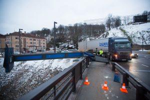 Sunkvežimis nuvertė Aleksoto tilto stulpą