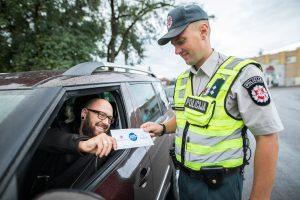 Policija surengė neįprastą reidą – vairuotojams dalijo  dovanas