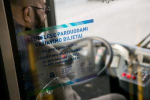 Įtūžę jaunuoliai autobuse iškūlė vairuotojo kabinos stiklą