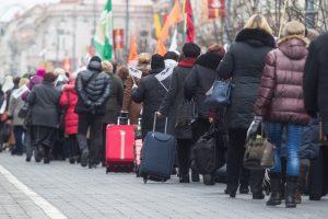 Valdžios planas sugrąžinti emigrantus ir didinti gimstamumą stringa