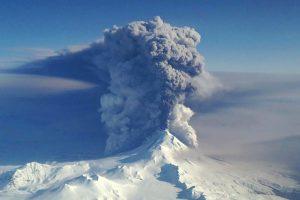 Aliaskos ugnikalnis vėl išspjovė pelenų stulpą