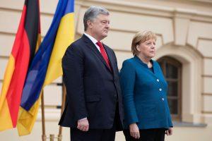 """A. Merkel atvyko į Ukrainą aptarti konflikto ir dujotiekio """"Nord Stream 2"""""""
