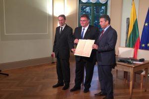 Ministrai pasirašė sutartį dėl Vasario 16-osios akto perdavimo Lietuvai