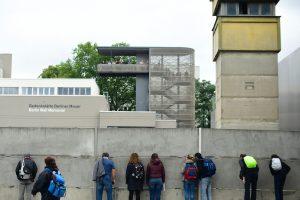 Vokietija minėjo Berlyno sienos statybų pradžios 55-ąsias metines