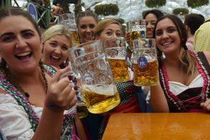 Premjeras alkoholio draudimų švelninti neketina