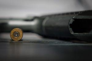 Iš namų išvytas girtas vyras šautuvu daužė langus ir duris