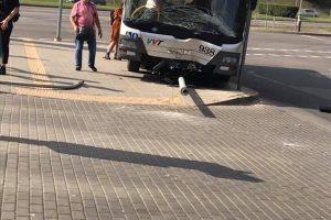 Vilniuje miesto autobusas rėžėsi į stulpą, sužalota keleivė