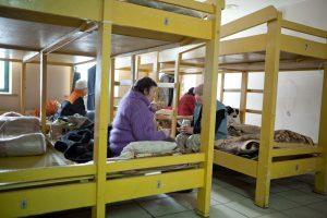 Benamiai mirtinai sušalo prie policijos ir nakvynės namų