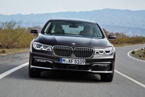 """Sedanui """"BMW 7"""" – pagyros dėl technologijų ir malonumo vairuoti"""