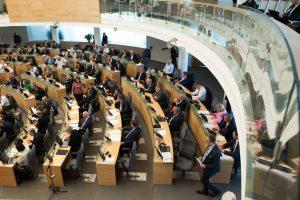 Dalis parlamentarų pratęstą sesiją iškeitė į keliones