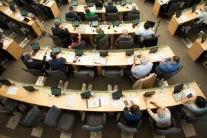 Trylika Seimo narių nesikreipė leidimo dirbti su slapta informacija