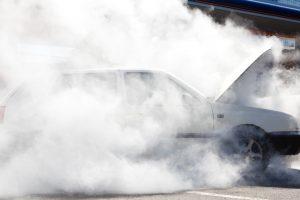 Automobilių sąvartyne užsidegė išsiliejęs kuras
