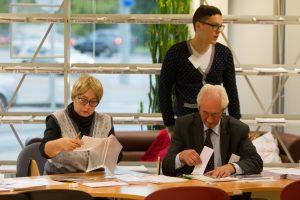 Sklandžią rinkimų pradžią sudrumstė išankstinio balsavimo lakštai