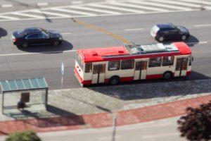 Vilniuje troleibusas nuvažiavo į krūmus, vairuotojui – priepuolis