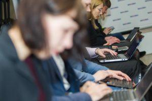 Moterys raginamos išspirti technologijų sektoriaus duris