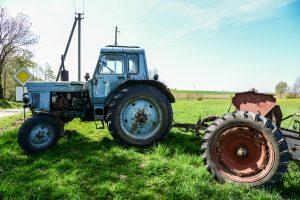 Girto vairuotojo traktorius prispaudė moterį