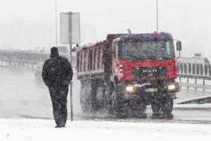 Kelininkai įspėja: eismo sąlygos sudėtingos dėl snygio