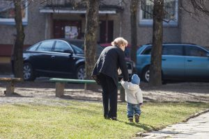Nesutinka, kad vaiko priežiūros išmoką galėtų gauti seneliai