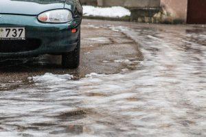 Vairuokite atsargiai: keliuose – plikledis, rūkas